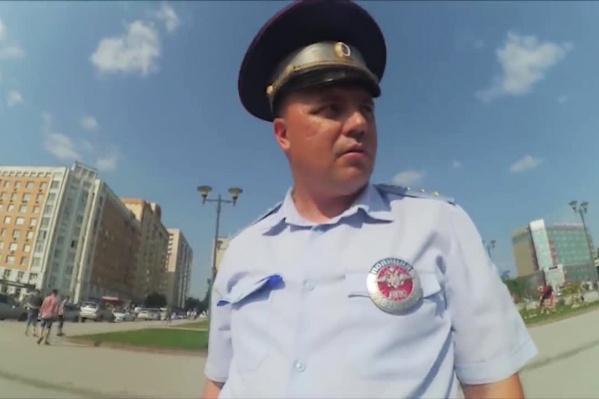 Новосибирские блогеры сняли инспекторов ГИБДД, вставших на пешеходной дорожке у ГПНТБ