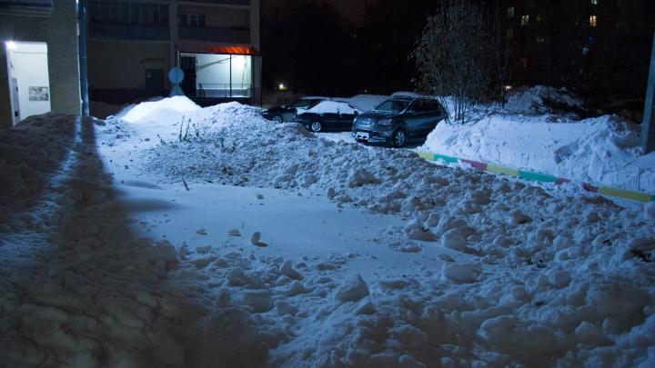 «Снежная глыба пролетела в нескольких сантиметрах от моей головы»: в Новосибирске начался внезапный сход снега с крыш