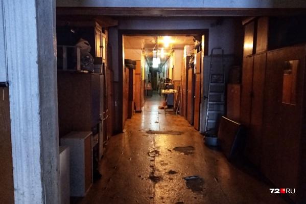 Так выглядит подъезд общежития, в котором жил погибший мужчина