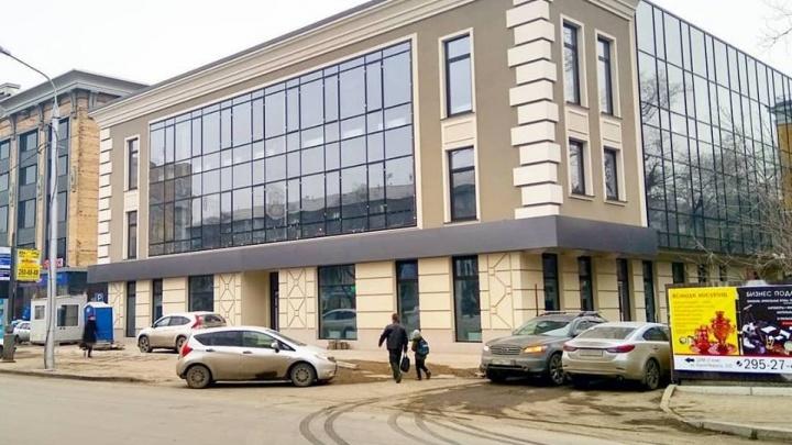 У нового офисного здания на Маркса в районе ЦУМа убрали забор