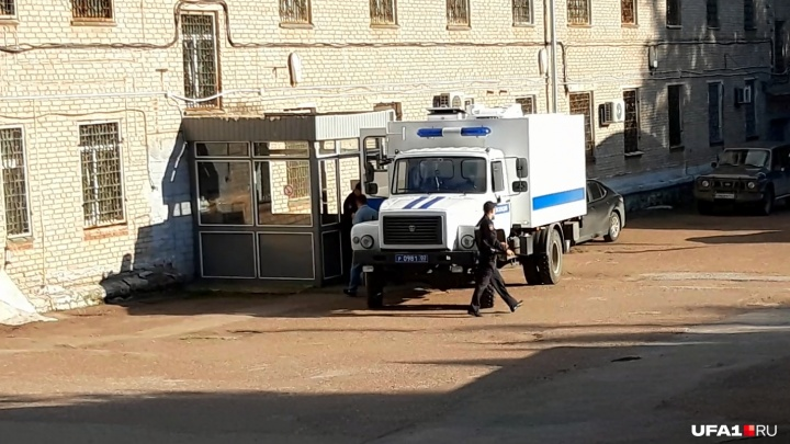 Из полиции Луизу увезли на автозаке: онлайн-репортаж о возвращении беглянки в Уфу