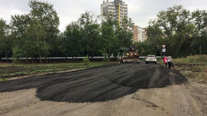 Дорогу к микрорайону в Ленинском отсыпали старым асфальтом и отчитались о прошлогоднем ремонте