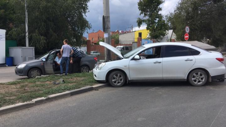 На улице Авроры Nissan Almera «обнял» столб