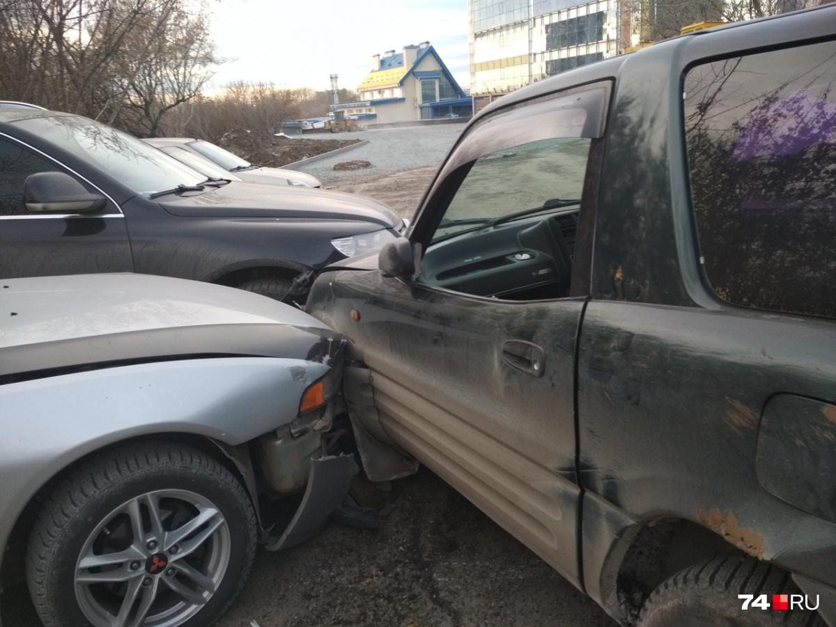 Toyota виновника разбила сразу несколько машин, включая Volkswagen Touareg и Mitsubishi Galant