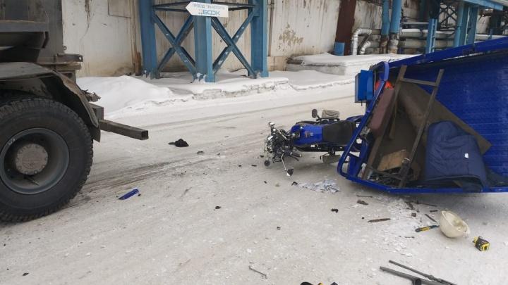 Мотоциклист попал в аварию с грузовиком на территории завода и погиб
