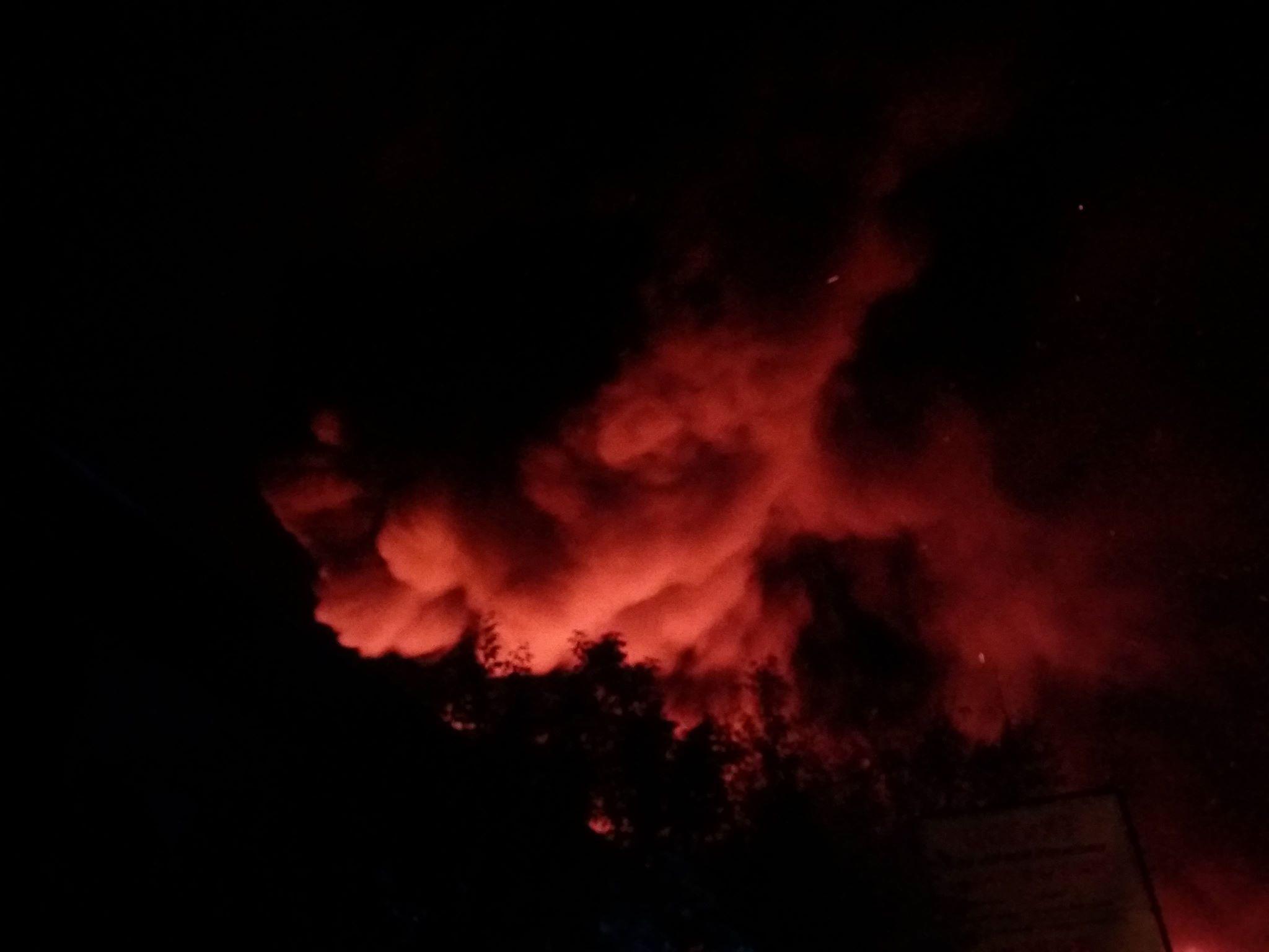 Очевидцы сообщают об огромных клубах дыма