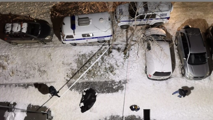 На Эльмаше с балкона 20-этажного здания выпал человек