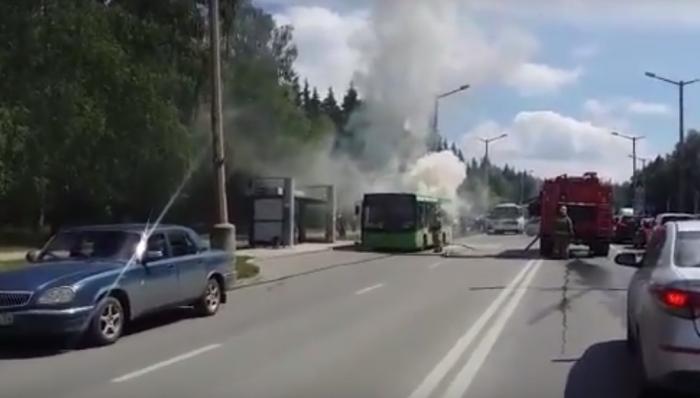 Автобус  № 72  загорелся на пр. Лаврентьева днём 28 июня
