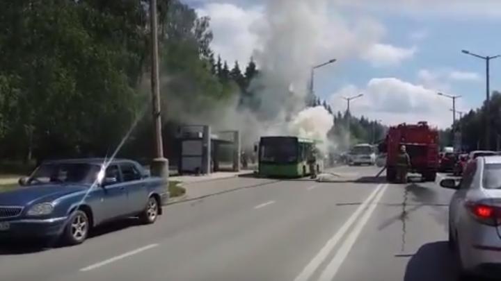 На остановке в Академгородке загорелся автобус