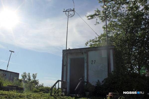 Контейнеры благоустроены: здесь есть электричество, водопровод, туалет и душевая