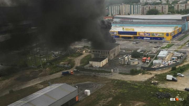На Эльмаше случился пожар, дым от которого было видно из центра Екатеринбурга