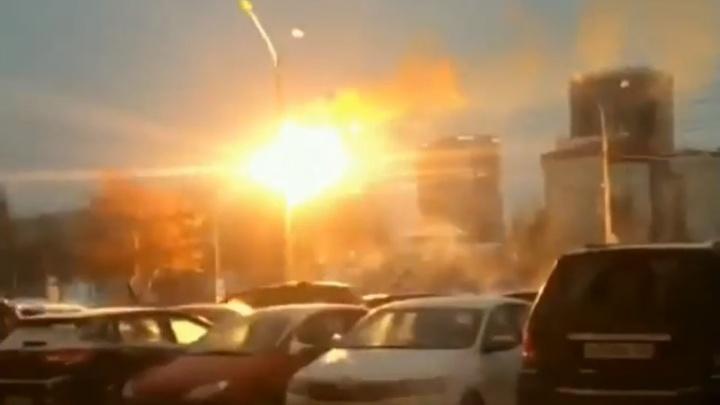 В центре Перми загорелись фонарный столб и идущие к нему провода. Видео