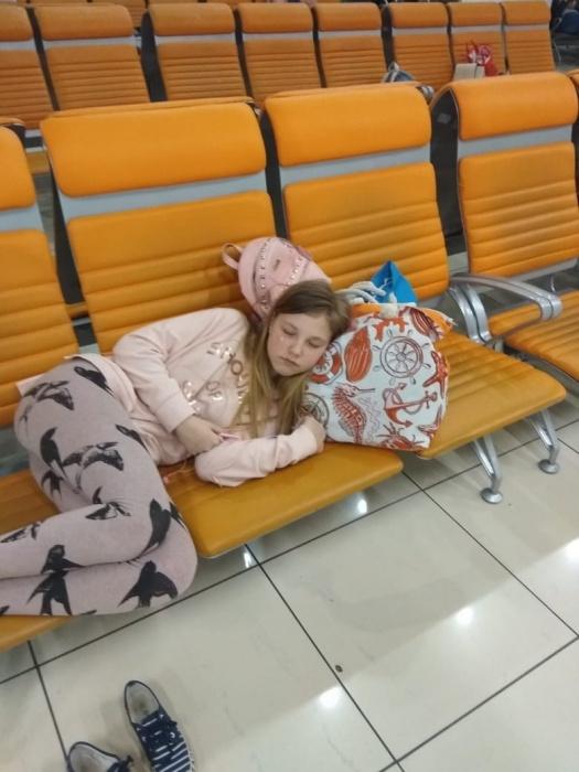 Дети спят на креслах