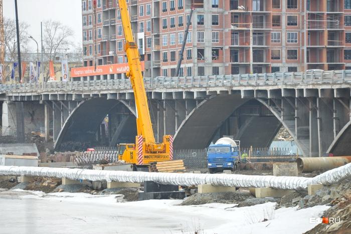 В мае строители начнут устанавливать арку моста со стороны Управления железной дороги