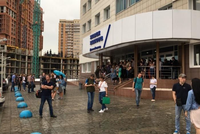 Работники делового центра провели на улице около 15 минут