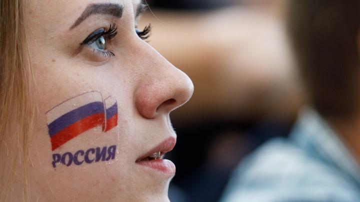 С надеждой в глазах: как очаровательные волгоградки болели за сборную России