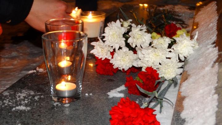 """""""Хотелось поддержать всех питерцев"""": екатеринбуржцы зажгли свечи на Плотинке в память о жертвах теракта"""