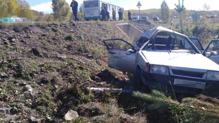 В Башкирии в автобус с детьми врезался ВАЗ-2109: погиб пассажир