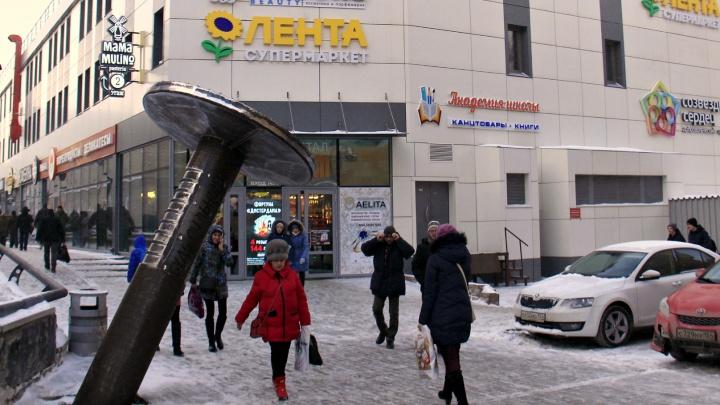 У торгового центра на «Студенческой» поставили вызывающий памятник в виде огромного гвоздя