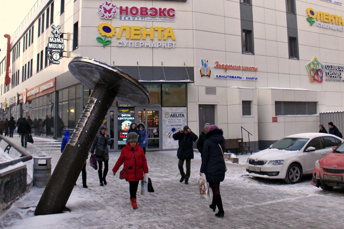Гвоздь появился в пешеходной зоне за торговыми центрами