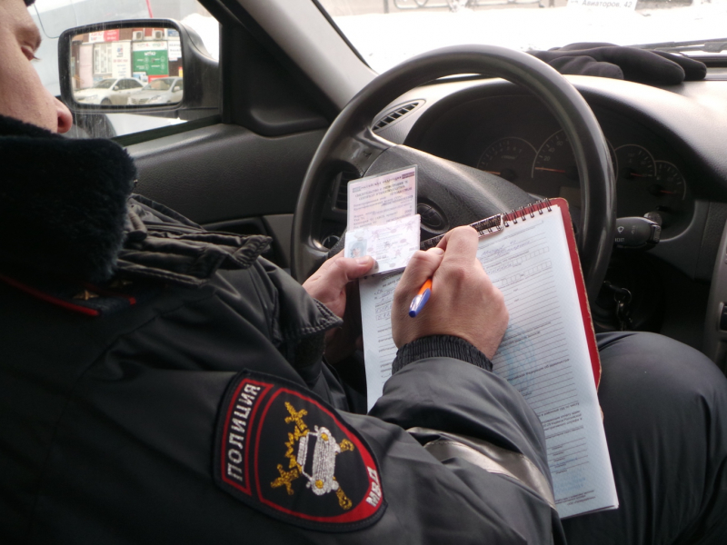 Шофёр перевозил детей наелку вКрасноярске вбагажнике машины