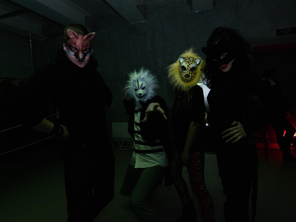 Организаторы постарались, чтобы каждый гость был хотя бы в маске