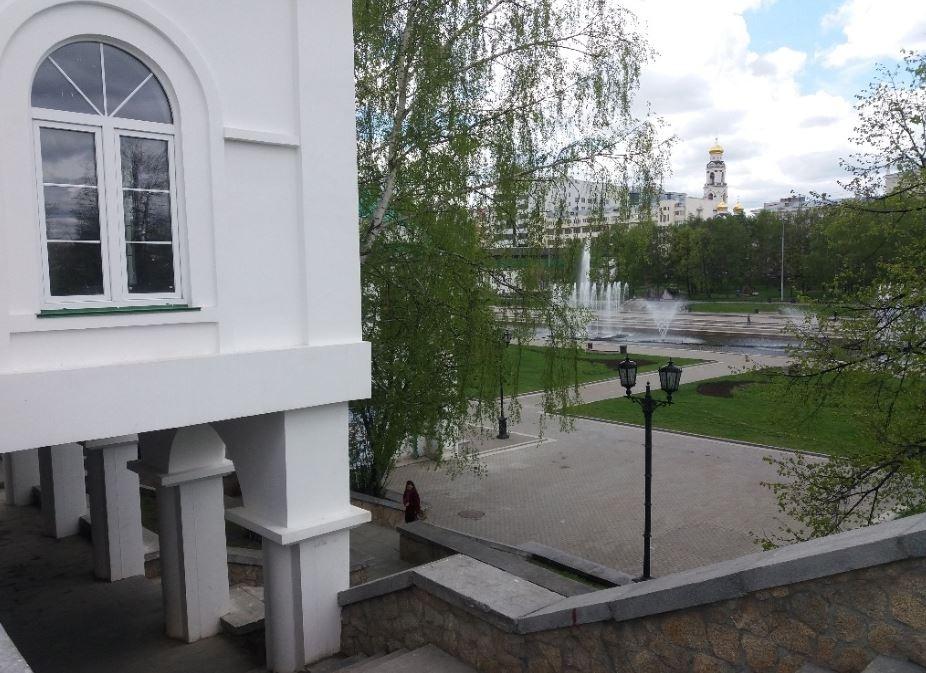 Здание находится на улице Горького, и его попытались сделать в том же стиле, что и музеи по соседству