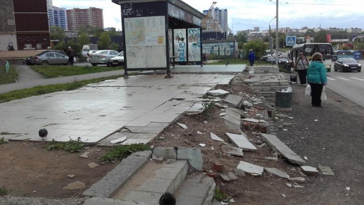 Разрушенную остановку на Садовом пообещали заменить на другую. Ее привезут с улицы Крупской