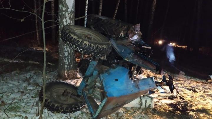 Посреди леса под Новосибирском перевернулся трактор: его водитель погиб