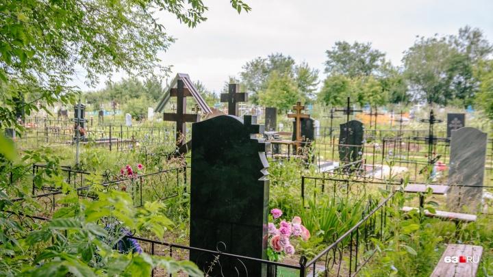 Власти Самары предложили сносить незаконные ограды на кладбище за счет тех, кто их установил
