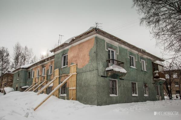 Дом на улице Обогатительной, 9 прославился прошлой зимой, когда его стены начали подпирать балками, чтобы он не рухнул