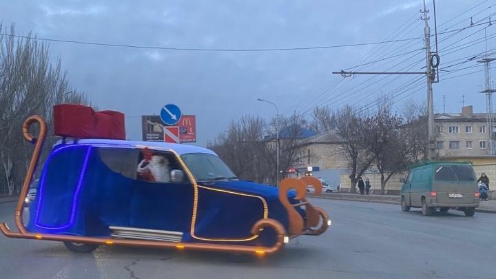 По Волгограду проехал Дед Мороз на самоходных санях