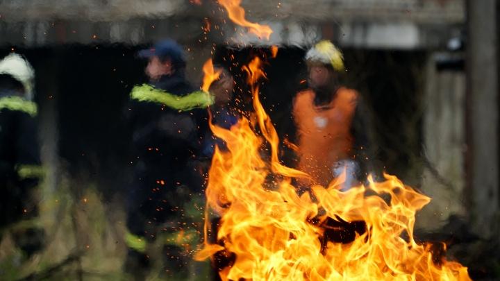 Ехал мимо, увидел пожар, побежал спасать людей. В Перми таксист вывел бабушку из горящего дома