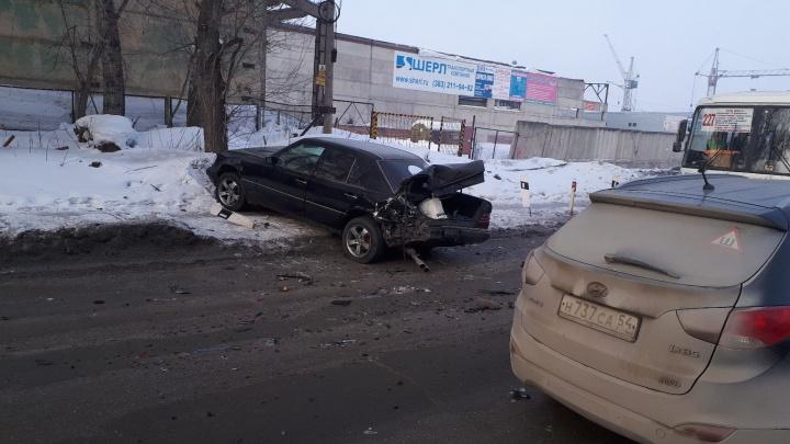 «Люди с утра летают»: четыре машины столкнулись на Толмачёвском шоссе