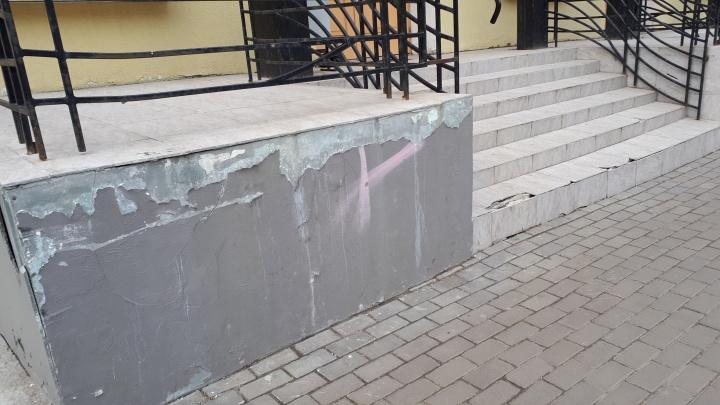 Отошла краска, провалилась плитка: театр кукол спустя год после реконструкции снова требует ремонта