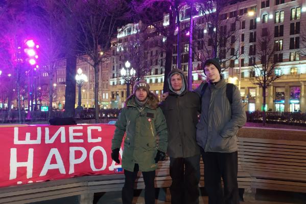 Федор Морозов (в центре) стоит у памятника Пушкина уже третий день, с понедельника, 25 ноября