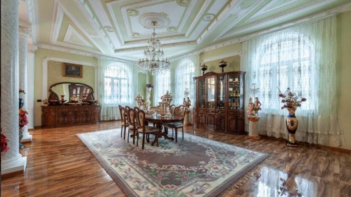 На ВИЗе на продажу выставили особняк в дворцовом стиле, где можно праздновать свадьбы