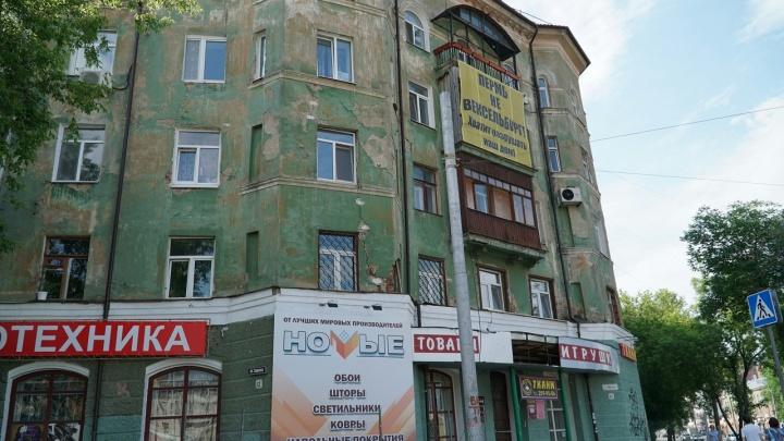 Трещины, перекосы, разрушение кладки: инспекция Госжилнадзора проверила дом 86 на Куйбышева в Перми