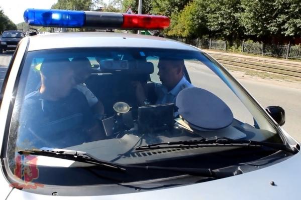 В машине мужчина пытался уговорить полицейских не забирать машину на спецстоянку