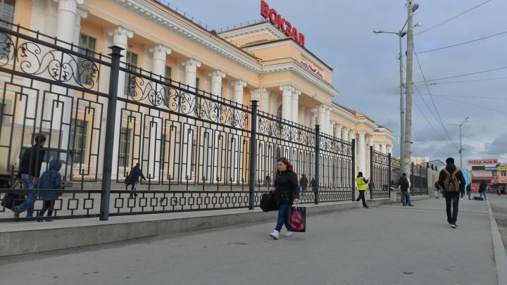 Вокзал Екатеринбурга окружили двухметровым забором