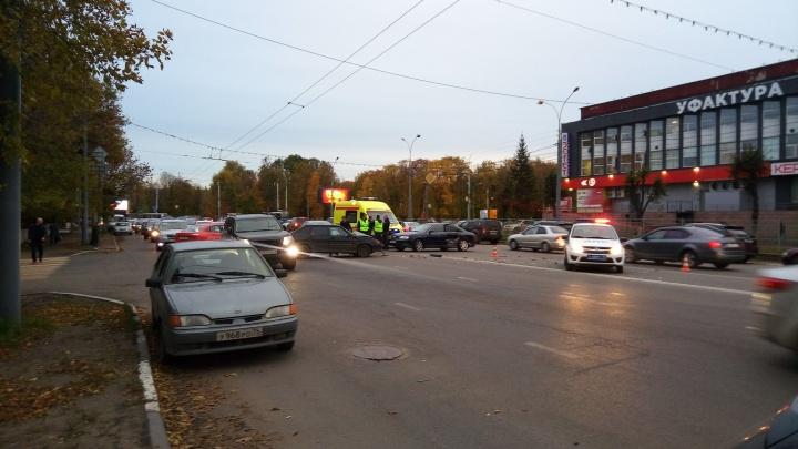 Сразу две аварии на проспекте Октября: движение встанет в обе стороны
