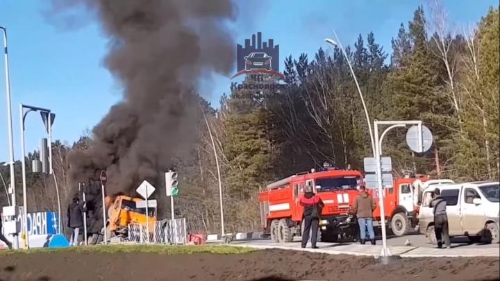 Напротив здания аэропорта вспыхнул КАМАЗ