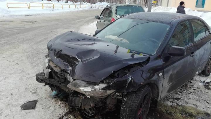 В Тольятти на скользком перекрестке столкнулись автомобилистки на Lada Kalina и Mazda