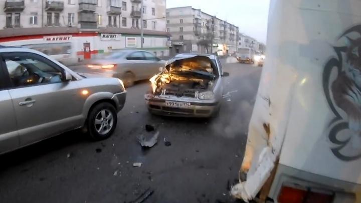 Челябинец на Volkswagen протаранил маршрутку с пассажирами на Свердловском проспекте