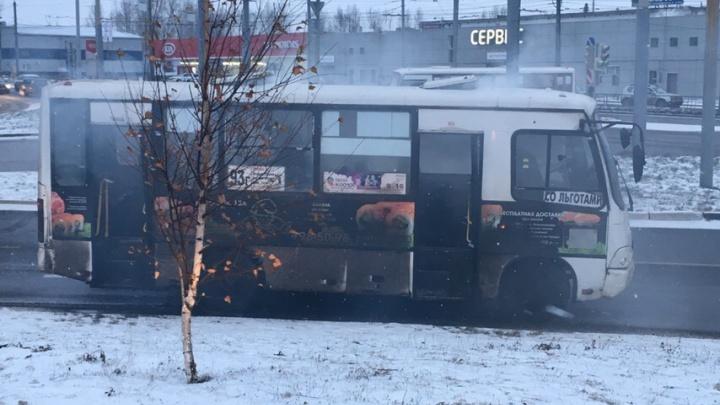 В Ярославле маршрутка с пассажирами задымилась на ходу