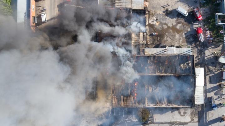 Пожар на оптово-строительной базе в Волгограде сняли с высоты — фото и видео
