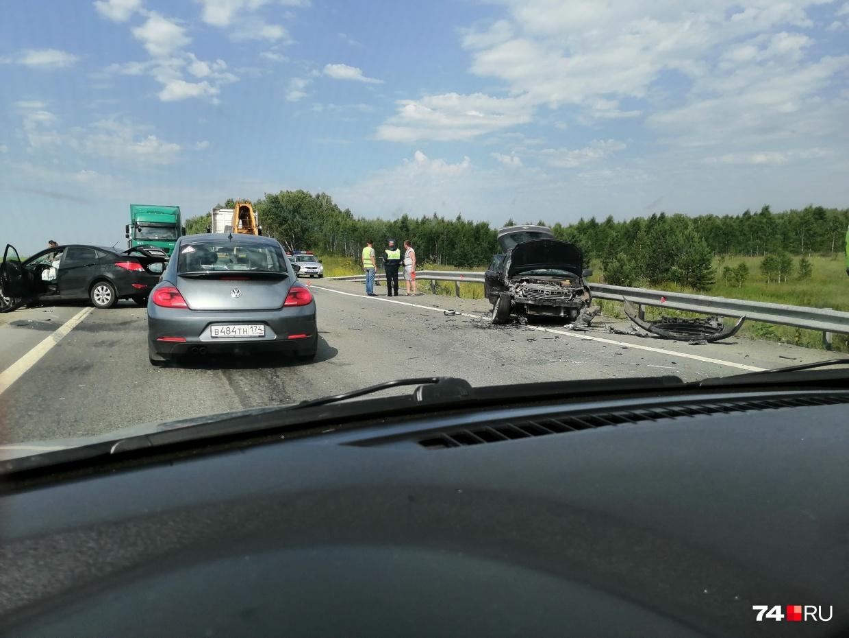 Самое опасное направление в Челябинской области — западное: трасса М-5 в сторону Уфы. За полгода здесь погибло 6 человек, 65 получили травмы. На фото — авария, случившаяся 19 июля около Чебаркуля