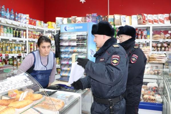 Полицейские с ориентировками заходили в магазины и опрашивали людей на улицах