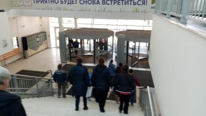 «Все кассы закрыты, пришлось перелазить»: из торгового центра «МЕГА» эвакуировали посетителей