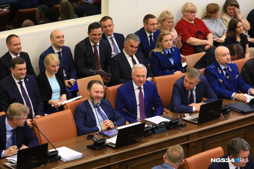 Заместитель губернатора  Сергей Пономаренко (второй слева в первом ряду) сделал несколько сенсационных заявлений Фото: Артем Ленц